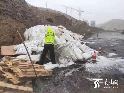 新疆交警,你们雪中搬货恢复交通的样子,真暖